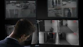 Garde de sécurité dormant devant la vidéo surveillance, travail de vingt-pour-heure banque de vidéos