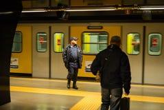 Garde de sécurité et passager, station de train, Naples, Italie Image libre de droits