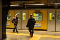 Garde de sécurité et passager, station de train, Naples, Italie Photographie stock libre de droits