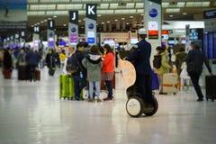Garde de sécurité japonais à l'aéroport de Narita Photographie stock