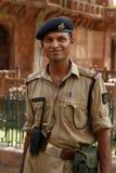 Garde de sécurité. Le tombeau d'Akbar, Sikandra, Inde image libre de droits
