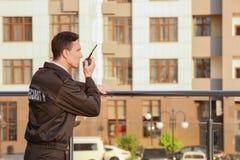 Garde de sécurité masculin avec la radio portative, photos stock
