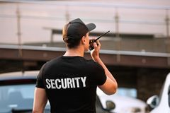 Garde de sécurité masculin avec la radio portative, photo libre de droits