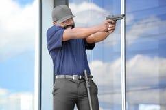Garde de sécurité masculin prenant le but Photographie stock