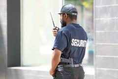 Garde de sécurité masculin utilisant l'émetteur radioélectrique portatif Images stock
