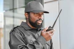 Garde de sécurité masculin utilisant le portable Photographie stock
