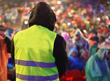 Garde de sécurité pendant l'événement avec beaucoup de personnes images stock