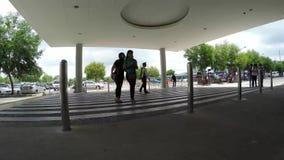 Garde de sécurité signalé au trafic de gestion de parking de voiture banque de vidéos