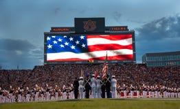 Garde du drapeau du football d'université images stock