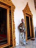 Garde en céramique de style chinois antique se tenant devant des temples Images stock