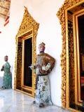Garde en céramique de style chinois antique se tenant devant des temples Photo libre de droits