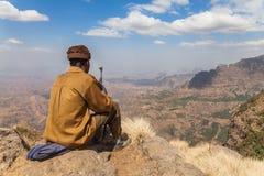 Garde forestière armée assise en parc national de Simien photographie stock