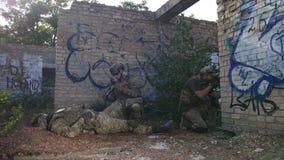 Garde forestière fournissant des soins médicaux au soldat blessé clips vidéos