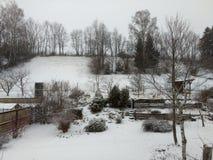 Garde n al día de invierno con nieve Imagenes de archivo