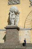 Garde près de sculpture à la façade de bâtiment d'Amirauté Photo libre de droits