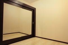 Garde-robe énorme de miroir dans la chambre vide photographie stock