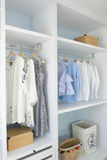 Garde-robe avec accrocher de chemises et de pantalon image stock