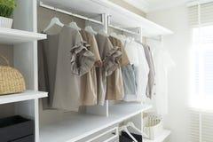 Garde-robe avec accrocher de chemises et de pantalon photos stock
