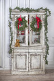 Garde-robe avec la guirlande de jouets de Noël et d'arbre de Noël image stock