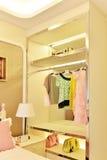Garde-robe dans la chambre à coucher Image stock