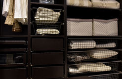 Garde-robe organisée de cabinet Image stock