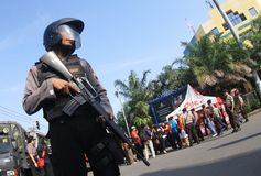 Garde stan de police armée dans le reconstructio de terroriste Images stock
