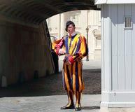 Garde suisse célèbre gardant l'entrée à Ville du Vatican image stock