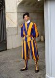 Garde suisse en basilique du ` s de St Peter, Ville du Vatican images stock