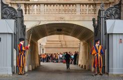 Garde suisse papale dans l'uniforme photographie stock libre de droits