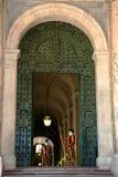 Garde suisse papale se tenant à la porte de musée de Vatican photographie stock libre de droits