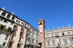Gardello塔和Palazzo Maffei门面在维罗纳,意大利 图库摄影