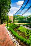 Garden and modern building at John Hopkins University in Baltimo Stock Photos