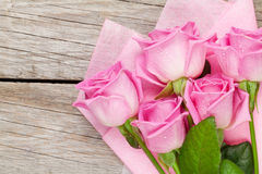 Garden pink roses bouquet over wooden table Stock Photos