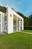 Garden of a white modern villa Royalty Free Stock Photography