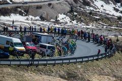 Gardena, Italia 21 de mayo de 2016; Grupo de ciclistas profesionales durante la subida muy dura de Passo Gardena Foto de archivo