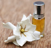 Gardenia- eller Gondhoraj blomma med extraktflaskan Royaltyfri Foto
