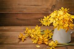 gardenia kwiat w wazie na drewnianym tle z kopii sp Zdjęcie Royalty Free