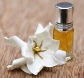 Gardenie- oder Gondhoraj-Blume mit Wesentlichflasche Lizenzfreies Stockfoto