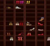 Garderob. Bruna trähyllor med kvinnors skor. Mode royaltyfri foto