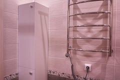Garderob i badrummet Hylla med en spegel i badrummet detaljer arkivfoton