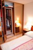 Garderob i modernt sovrum Arkivfoton