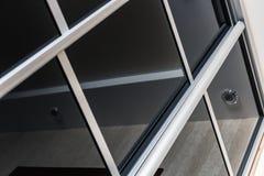 Garderob med glidningsdörrar i huset Arkivfoto