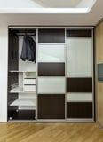 Garderob med glidningsdörrar Arkivbilder