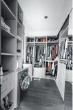 Garderob med organiserade kläder Royaltyfri Foto