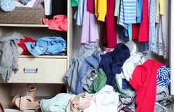 Garderob med smutsig kläder, arkivbild