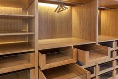 Garderob med tomma askar Ordna till för bruk Arkivbilder