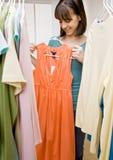 garderob som söker något tonåring att slitage Royaltyfria Bilder