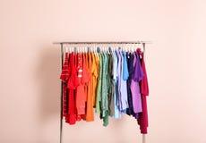Garderoba stojak z różny jaskrawym odziewa zdjęcia stock