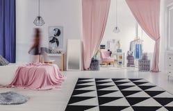 Garderobe aan slaapkamer wordt verbonden die royalty-vrije stock foto