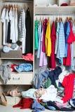 Garderobe mit unordentlicher Kleidung, Stockbilder